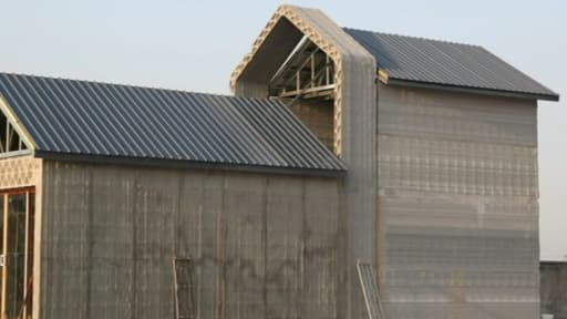 Les maisons sont construites avec un agrégat fait de gravats récupérés sur les chantiers et recyclés.