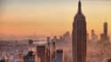 L'Empire State Building culmine à 443 mètres. Il fait partie des immeubles emblématiques de la skyline new yorkaise.