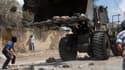Un Palestinien jette une pierre contre un bulldozer israélien le 20 septembre 2013, à Kfar Qaddum.