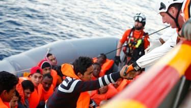 Sept migrants sont morts dans le naufrage d'un canot pneumatique, au large des côtes libyennes. Cent personnes sont portées disparues, 27 ont pu être sauvées. (Photo d'illustration)