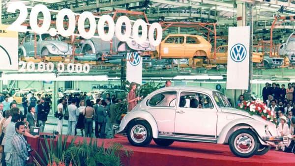 """Longtemps """"Modèle le plus produit de VW"""", la Beetle a été détrônée par la Golf: 21,5 millions d'exemplaires pour la Beetle, plus de 37,5 millions à fin août pour la Golf."""