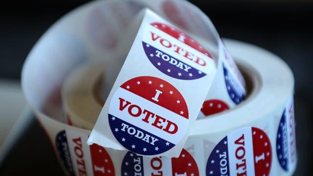Un rouleau d'autocollants distribués les jours de vote, le 5 juin 2018 à San Anselmo, aux Etats-Unis.