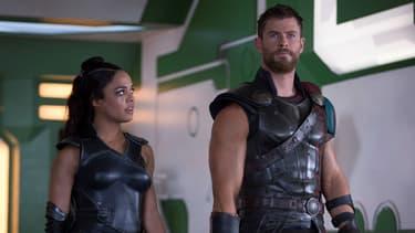 "Chris Hemsworth et Tessa Thompson dans ""Thor: Ragnarok"", réalisé par Taika Waititi"