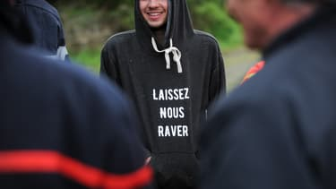 "Des participants à une ""rave-party"" à Pernay (Indre-et-Loire), le 30 avril 2017 (photo d'illustration)."