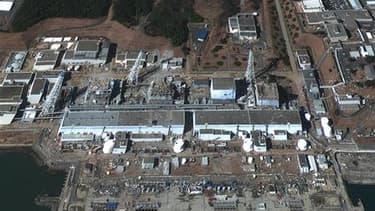 Image satellite de la centrale nucléaire de Fukushima Daiichi, au Japon. L'évacuation temporaire des ouvriers travaillant sur cette centrale a été ordonnée mercredi alors qu'une fumée noire s'élève au-dessus du réacteur n°3. /Image diffusée le 18 mars 201