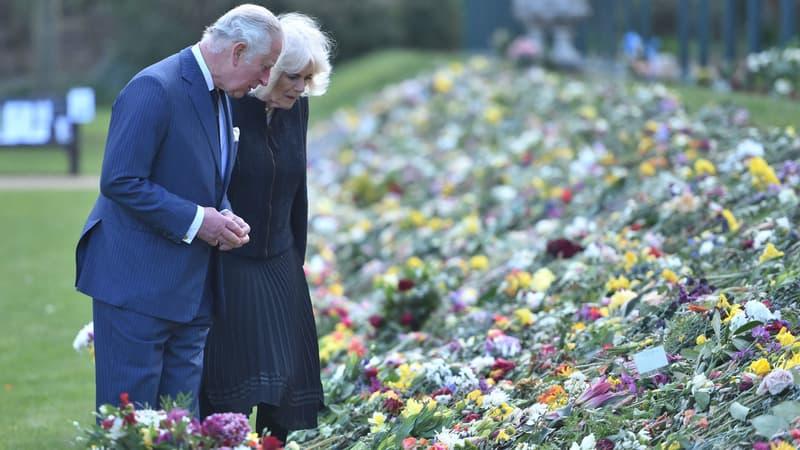 Mort du prince Philip: Charles et Camilla admirent les fleurs déposées en hommage par le public