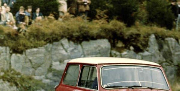 La Mini Cooper est championne d'Europe des rallyes en 1962, un titre qui démontre son agilité, très utile pour une course-poursuite dans les rues de Turin.