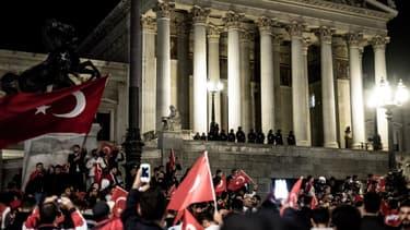 Les supporters d'Erdogan, lors d'une nuit qui a vu une tentative de putsch être perpétrée en Turquie.