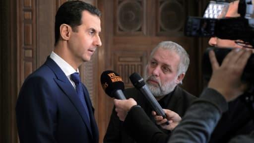 Le président syrien Bachar al-Assad (g) lors d'une interview accordée à des journalistes belges, le 7 février 2017 à Damas