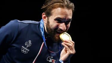 La joie de l'épéiste français Romain Cannone, champion olympique après sa victoire en finale, 15 touches à 10 face au Hongrois Gergely Siklosi, aux Jeux Olympiques de Tokyo 2020, le 25 juillet 2021