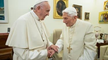 Le Pape François et l'ex-pape Benoît XVI au Vatican, le 21 décembre 2018 (photo d'illustration)