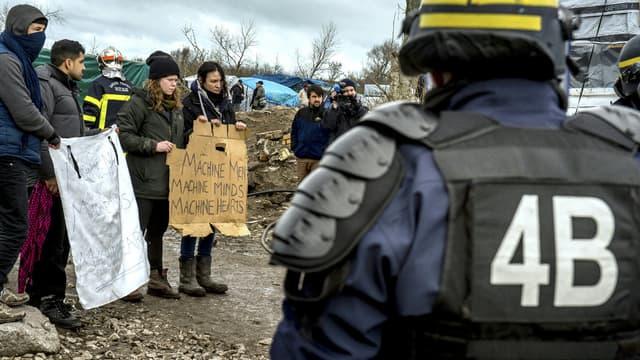 Des militants No Border face aux CRS, début mars. (illustration)