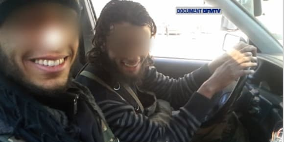 Des jihadistes francophones en Syrie, qui se sont filmés avec leurs propres téléphones portables.
