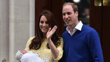 Le Prince William et son fils George devant la maternité.