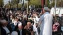 Plus de 300 fidèles musulmans ont prié vendredi sur le trottoir devant la mosquée de Montfermeil, fermée.