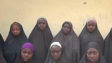 Capture d'écran d'une précédente vidéo diffusée en décembre 2015, montrant des lycéennes kidnappées par Boko Haram en 2014.