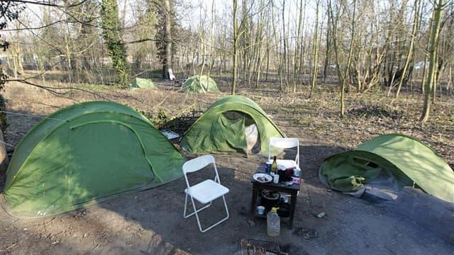 """Campement de sans-domicile dans le parc de Vincennes. A moins d'un mois du premier tour de l'élection présidentielle, plusieurs associations caritatives ont lancé lundi un appel aux dix candidats en lice afin qu'ils entendent les """"plus pauvres et les excl"""