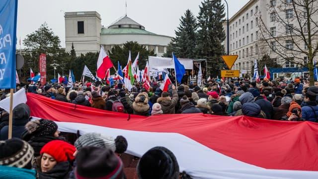 Des manifestants à Varsovie le 17 décembre