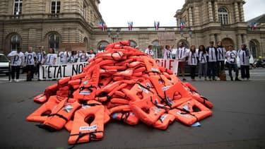 Des gilets de sauvetage devant le Sénat français le 19 juin 2018 à Paris.