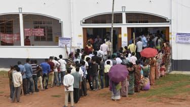 Des Indiens font la queue pour aller voter, à Agartala dans l'Etat de Tripura.