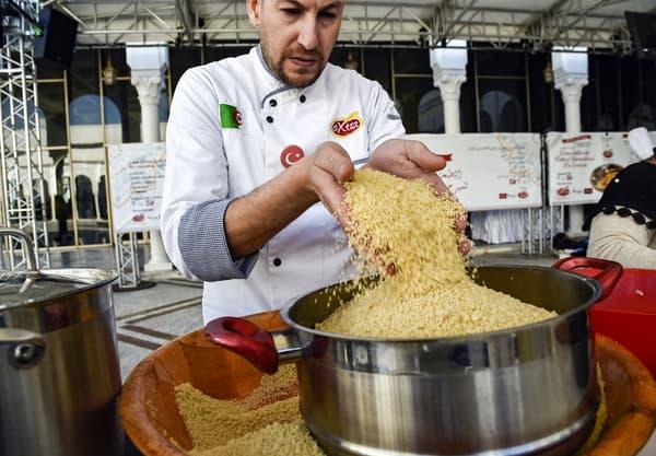 Un chef algérien prépare la semoule lors de la deuxième édition du festival international du couscous, à Alger.