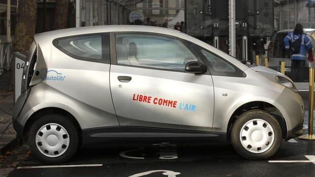 La Mairie de Paris et Europcar ont entamé des négociations pour trouver un accord à l'amiable dans le conflit qui les oppose sur l'utilisation du nom Autolib'. /Photo d'archives/REUTERS/Benoît Tessier