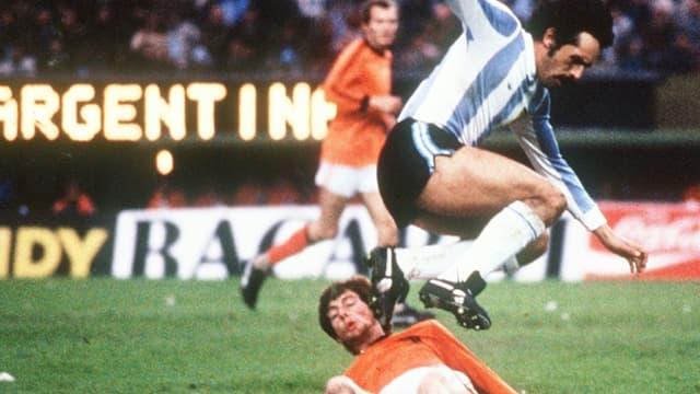 L'attaquant argentin Leopoldo Luque saute pour éviter le tacle du défenseur allemand Erny Brandts lors de la finale du Mondial 1978, à Buenos Aires, le 25 juin
