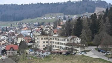 Vue du squat où la petite Mia et sa mère ont été retrouvées, le 18 avril 2021 à Saint-Croix, en Suisse