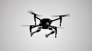 Image d'illustration d'un drone portant deux grenades.