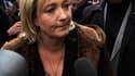 Marine Le Pen et ses partisans d'un côté, associations et partis de gauche de l'autre, ont manifesté jeudi aux abords du Sénat avant l'examen d'une proposition de loi en faveur du droit de vote des étrangers non communautaires aux élections municipales. /