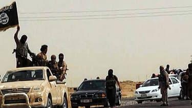 Une image mise en ligne le 14 juin 2014 sur un site jihadiste montre des soldats de l'EIIL sur une route irakienne.