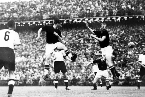 Les Hongrois Ferenc Puskás et Nándor Hidegkuti à la tête lors de la finale de la Coupe du monde 1954 face à l'Allemagne de l'Ouest