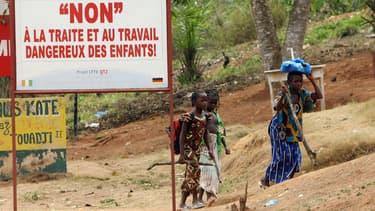 Des enfants ivoiriens sur le chemin du travail vers une plantation de cacao, le 29 janvier 2007.