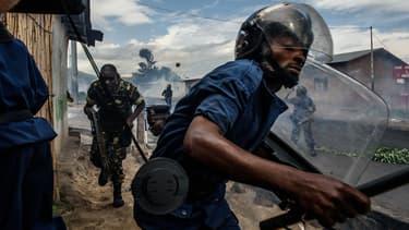 Des forces de l'ordre lors d'une manifestation d'opposants au président Pierre Nkurunziza, mercredi à Bujumbura.