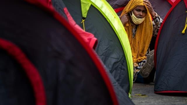 Une des 500 migrants sans-abri installés sur le parvis de l'hôtel de ville à Paris, le 25 juin 2021