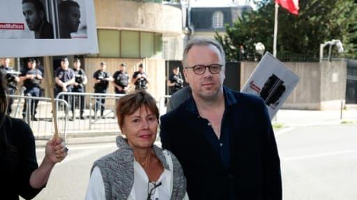 Le secrétaire général de Reporters Sans Frontières Christophe Deloire (d), accompagné de Daniele Van de Lanotte, mère du journaliste emprisonné Mathias Depardon, devant l'ambassade Turquie à Paris, le 25 mai 2017
