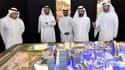 Le gouvernement de Dubaï réunit autour de la maquette du centre commercial qui doit accueillir l'Apple Store.