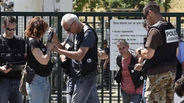 La police judiciaire sur les lieux de l'attentat à Saint-Quentin-Fallavier