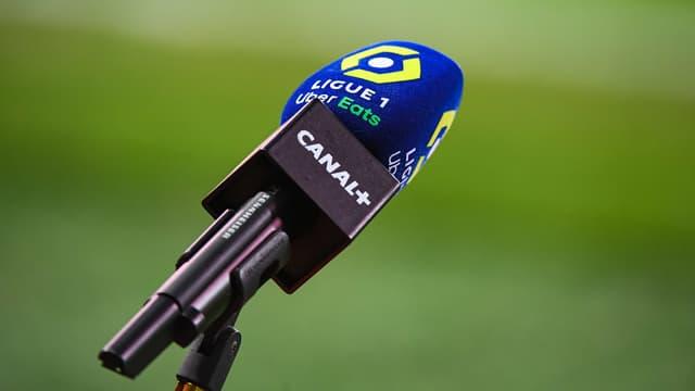 Un micro de Canal+ au bord d'un terrain de Ligue 1
