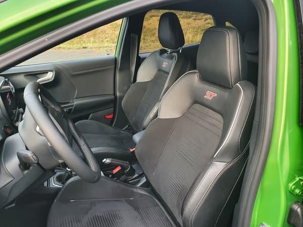 Les sièges baquets Recaro ajoutent un côté sportif appréciable à l'intérieur.