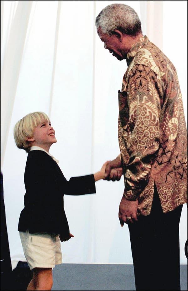 Ronan Farrow à 10 ans, rencontrant Nelson Mandela.