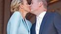 Albert II de Monaco a épousé civilement vendredi Charlene Wittstock dans la salle du trône du palais princier, offrant un moment de faste à une principauté à la recherche d'un second souffle. /Photo prise le 1er juillet 2011/REUTERS/Eric Gaillard