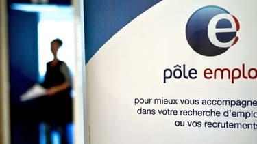 Pôle emploi aurait versé plus de 800 millions d'euros à tort en 2012, selon un rapport du médiateur de l'organisation.