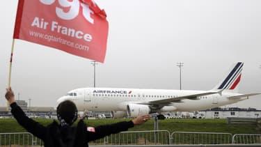 La direction d'Air France n'est pas d'accord avec la décision de l'inspection du Travail qui la force à réintégrer le délégué CGT licencié après les heurts lors du CCE du 5 octobre.