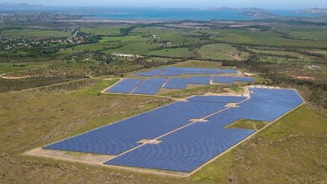 Total Quadran a mis en service au nord de Nouméa en Nouvelle-Calédonie, la centrale Hélio Boulouparis 2, plus grande centrale solaire avec stockage sur batteries, de l'Outre-Mer.