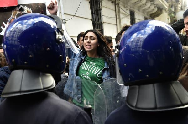 Une étudiante manifeste contre un 5e mandat d'Abdelaziz Bouteflika, le 26 février 2019 à Alger.
