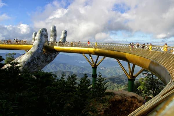 Le pont symbolise un long fil d'or, tenu dans les mains des dieux