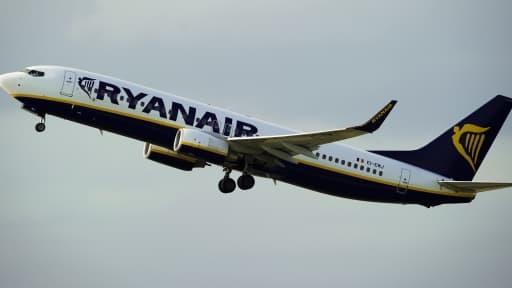 Un avion de la compagnie aérienne irlandaise à bas coût Ryanair décolle de l'aéroport de Barcelone le 1er septembre 2010.