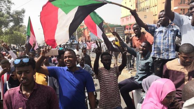 Des Soudanais en liesse à Khartoum, le 11 avril 2019.