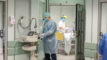 Des soignants s'occupent de patients à l'hôpital de la Citadelle, le 23 octobre 2020 à Liège, en Belgique